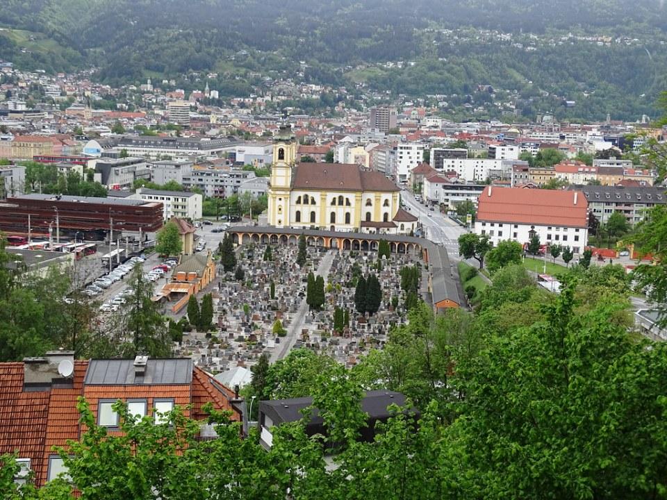 exterior Basílica Wilten y cementerio vista de Innsbruck desde funicular de Hungerburg Austria 01