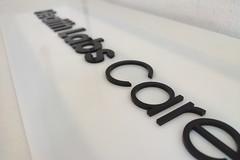 szyld firmowy z plexi białej i czarnej
