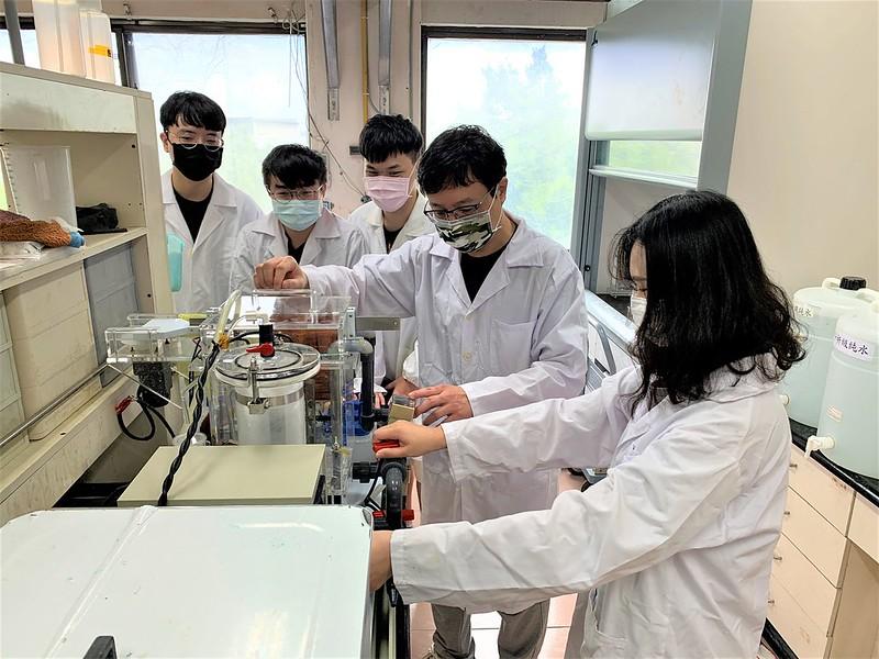 何政恩(右二)指導學生做實驗1