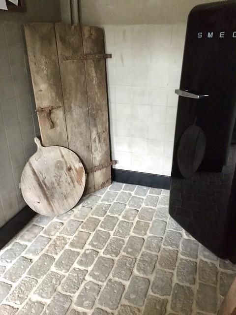 RAW Stones vloer keuken zwarte SMEG koelkast