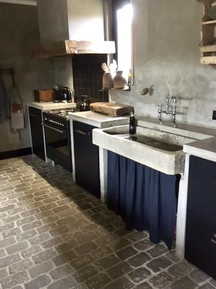 Oude trog als wasbak RAW Stones vloer landelijke keuken
