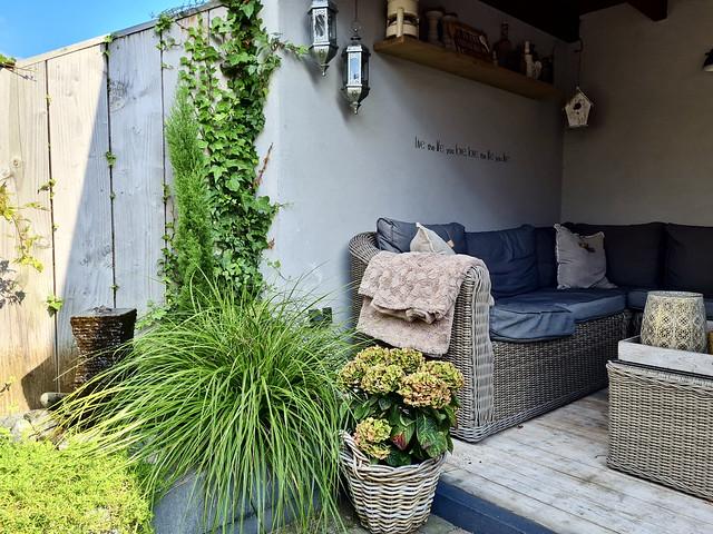Loungeset overkapping hortensia's in mand siergras terras