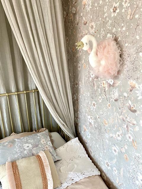 Gouden ledikantje met bedhemel klamboe roze behang pluche zwaan met tutu