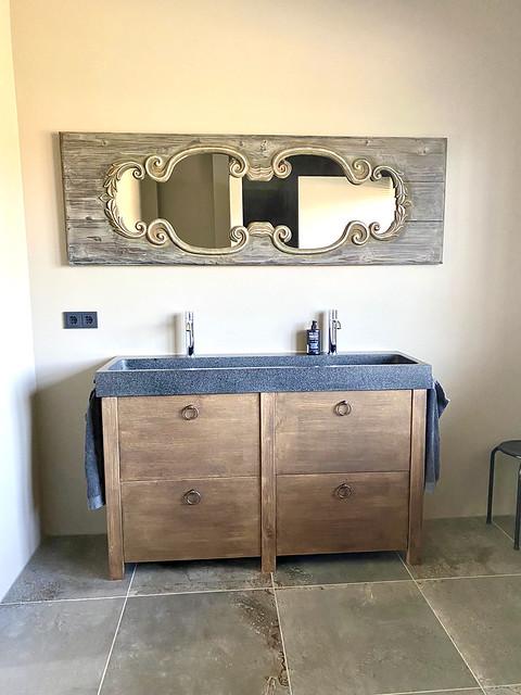 Houten landelijk badmeubel met klassieke spiegel landelijke badkamer