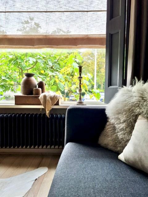 Fluffy bont kussen houten kistje met linnen doek en Nepalese vazen in de landelijke vensterbank