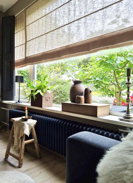 Houten krukje linnen doek kandelaar houten kistje met houten potten Hertshoorn in houten bak vensterbank decoratie landelijk