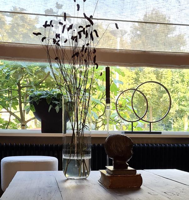 Oude bijbeltjes glazen vaas met takken kinderhoofdje beeld salontafel decoratie landelijk