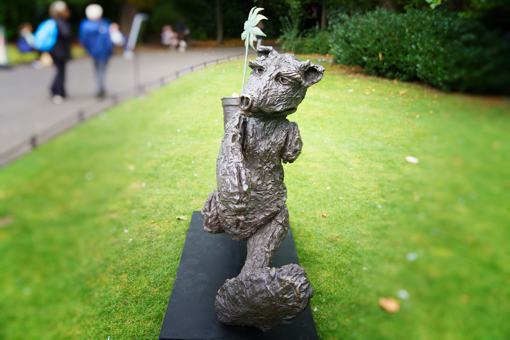 THE GARDENER [ANOTHER ONE OF MY FAVOURITE BRONZE BEARS]-198331