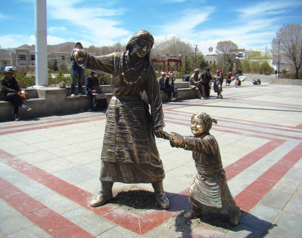estatua escultura de madre e hija Shigatse Tíbet 05