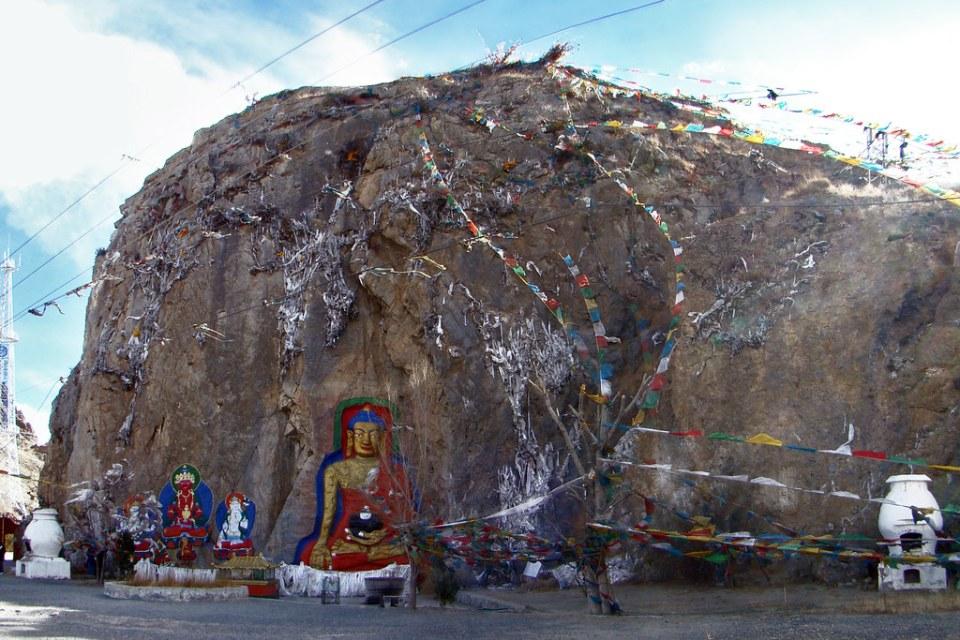 Montaña y escultura de gran Buda Nietang Tíbet 04