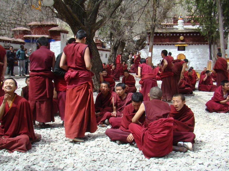 monjes debatiendo filosofía budistas Monasterio Sera Lhasa Tíbet China 05