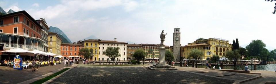 monumento estatua de San Giovanni Nepomuceno y Torre Apponale panoramica Piazza Catena Riva del Garda Italia 01