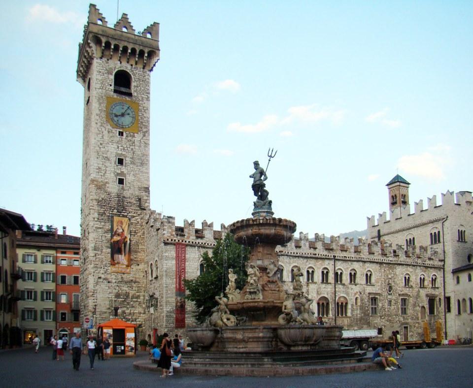 Trento panoramica Fuente de Neptuno en Plaza del Duomo Italia 02