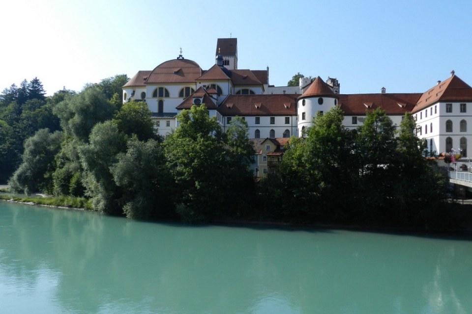 Rio Lech y exterior Monasterio San Magnus St. Mang Füssen Baviera Alemania 05