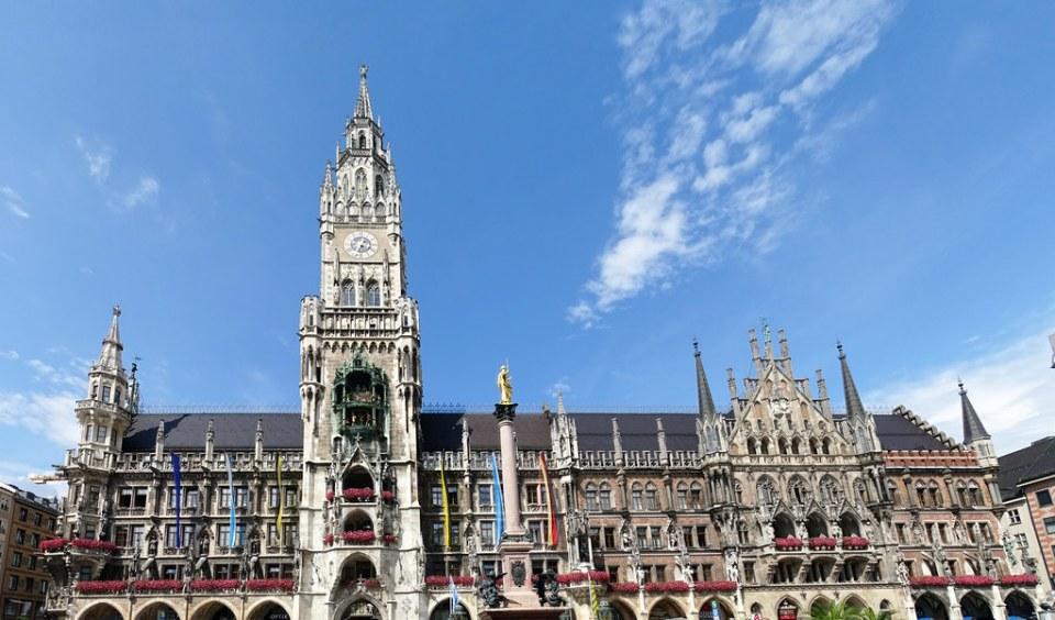 edificio exterior Ayuntamiento torre Plaza de Maria Marienplatz Munich Alemania 02
