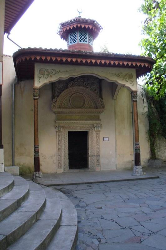 Puerta de Hierro portada con relieves pintura y soportal exterior Palacio Kan de Bajchisarái de Hansaray o del Khan de Crimea Bakhchysarai Ucrania 05