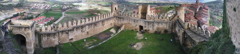Burgos patio interior y murallas Castillo de Frias o de los Velasco 03