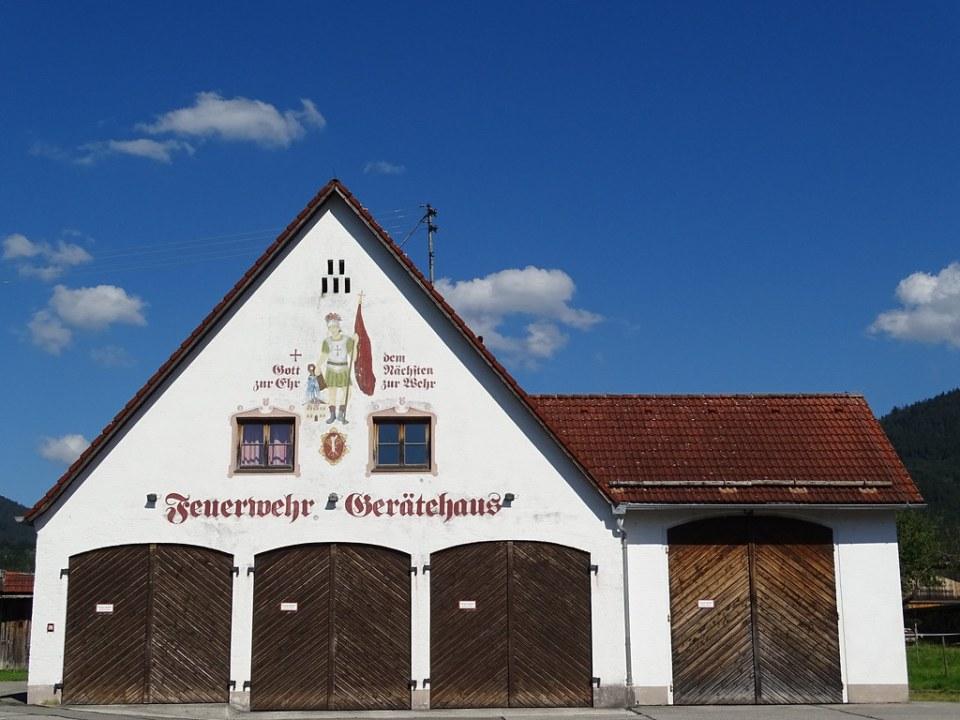 casa fachada con pintura mural Benediktbeuern Baviera Alemania 08