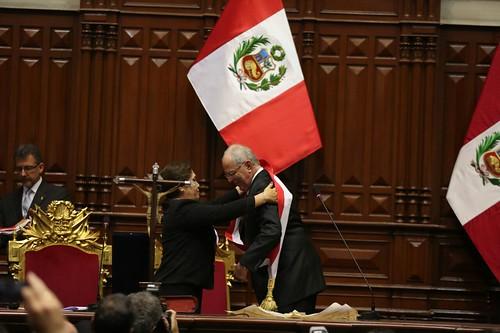 Pedro Pablo Kuczynski recibe la banda presidencial del Perú