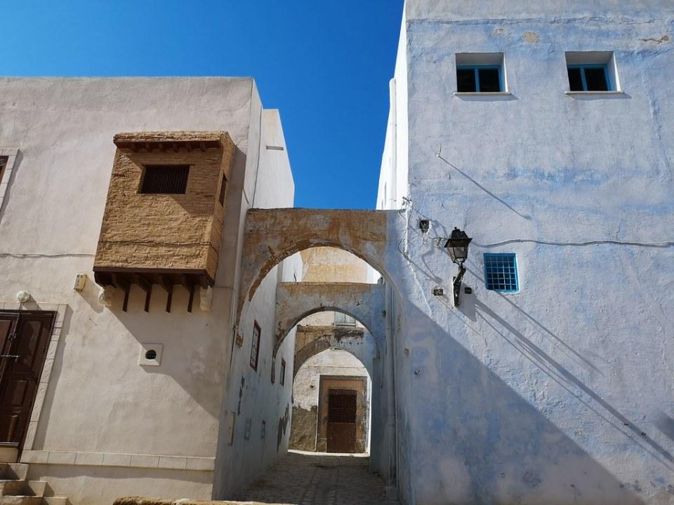 Calle y casas exterior Medina de Kairuán Kairouan Tunez 02