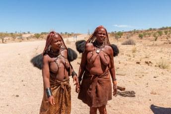 We gingen het westen eens bekijken, onderweg daar naartoe ontmoeten we deze Himba vrouwen.