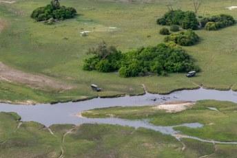 Je ziet hier mooi dat landcruisers niet verder kunnen wanneer er een beetje water op hun pad komt.