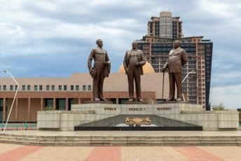Daar staat dit door Noord-Korea vervaardigde monument van de 'Three Dikgosi's'.