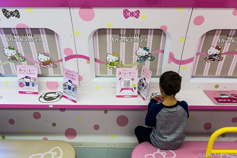 En el interior del coche 1 del shinkansen de Hello Kitty