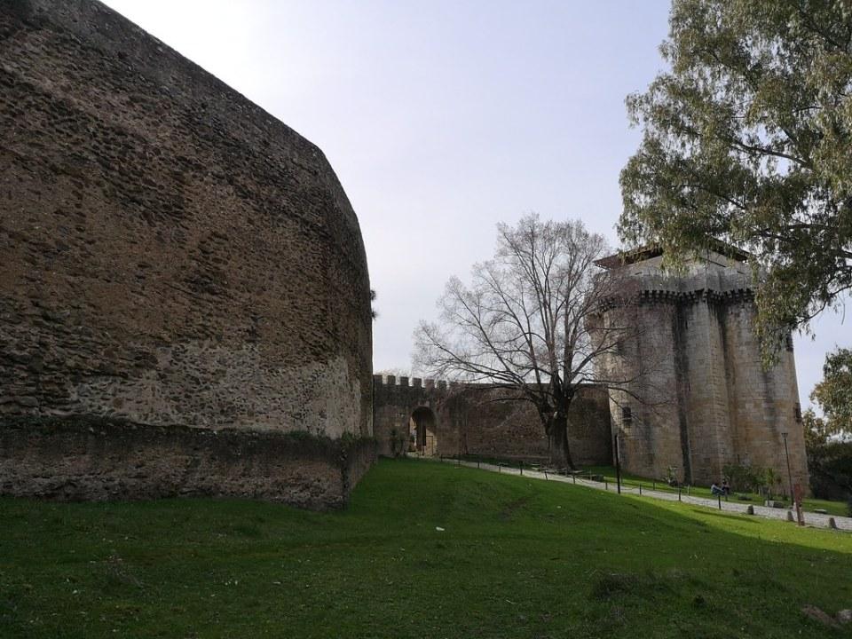 Puerta de la Villa exterior muralla y Castillo de Granadilla Cáceres 06