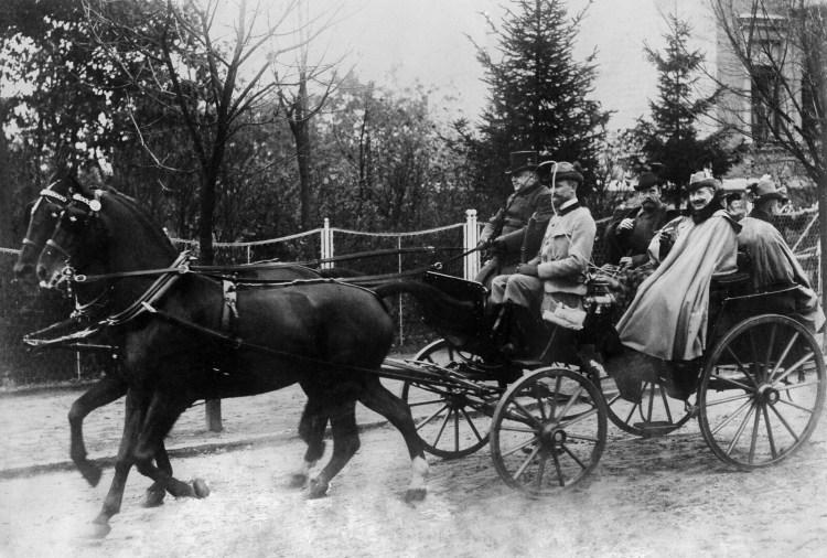 1910. Император Николай II и кайзер Вильгельм II едут по улицам Берлина.  05.11.