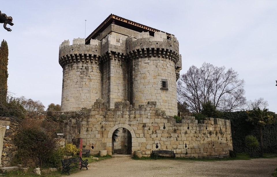 arco de entrada y muralla del Castillo torres exterior Castillo de Granadilla Cáceres 08