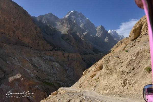 Route en lacet sur versants instable au tiers de la vallée © Bernard Grua