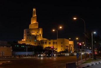 Terug uit Maleisië bleven we een paar dagen in Qatar. 's Avonds liepen we langs deze spiraalmoskee richting het Al Koot fort.