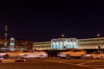 V.l.n.r. Al Shouyoukh moskee, klok toren en het Amiri Diwan. De laatste was ooit een fort maar nu het kantoor van de Emir.