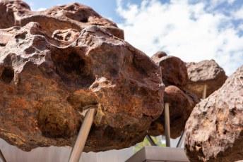 In het centrum hebben ze dit kunstwerk gemaakt van meteorieten neergezet.....