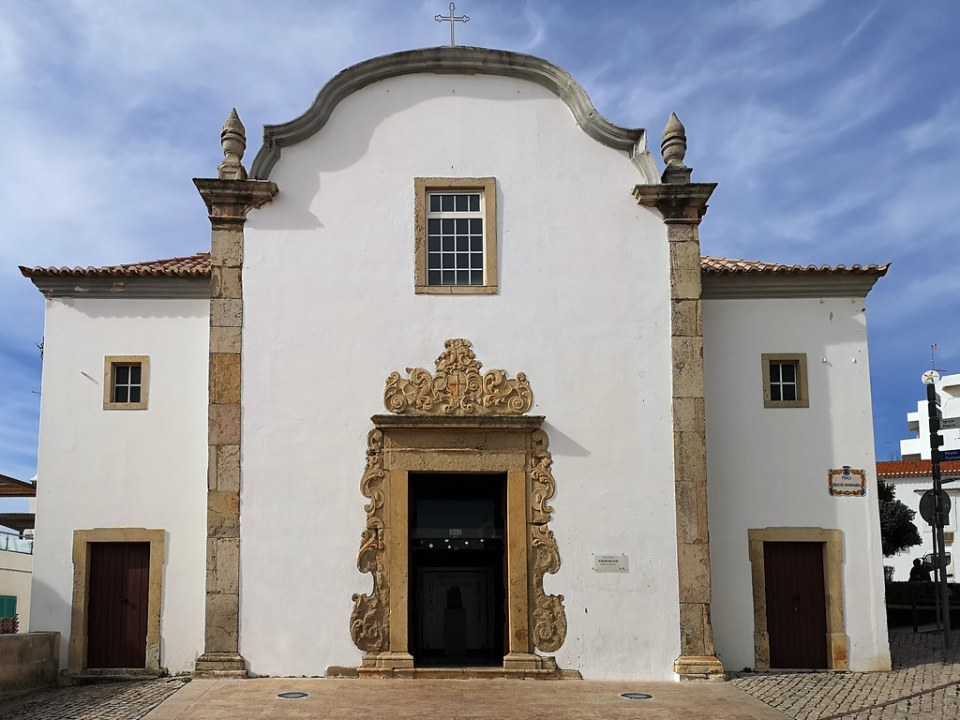 edificio fachada exterior Museo de Arte Sacro en Ermita de San Sebastian Albufeira Algarve Portugal 18