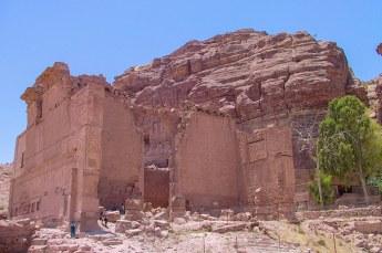 De tempel van Dushares, ook wel Qasr Al-Bint is enorm. Zestig bij zestig meter en er werden waarschijnlijk drie goden aanbeden.