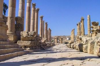 De Cardo Maximus collonade met aan het einde een tetrapylon. Dat was een kruising van twee wegen, een beetje als een rotonde zodat karren elkaar konden passeren.