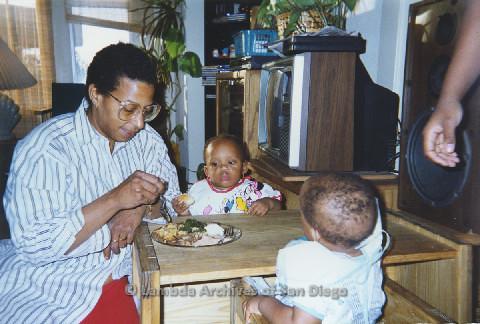 P125.004m.r.t Marti Mackey feeding Phyllis Jackson's grandchildren
