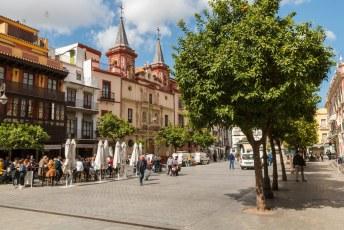Plaza del Salvador met aan alle kanten kerken, die met de twee torentjes is de kerk van vrede (Iglesia de la Paz).