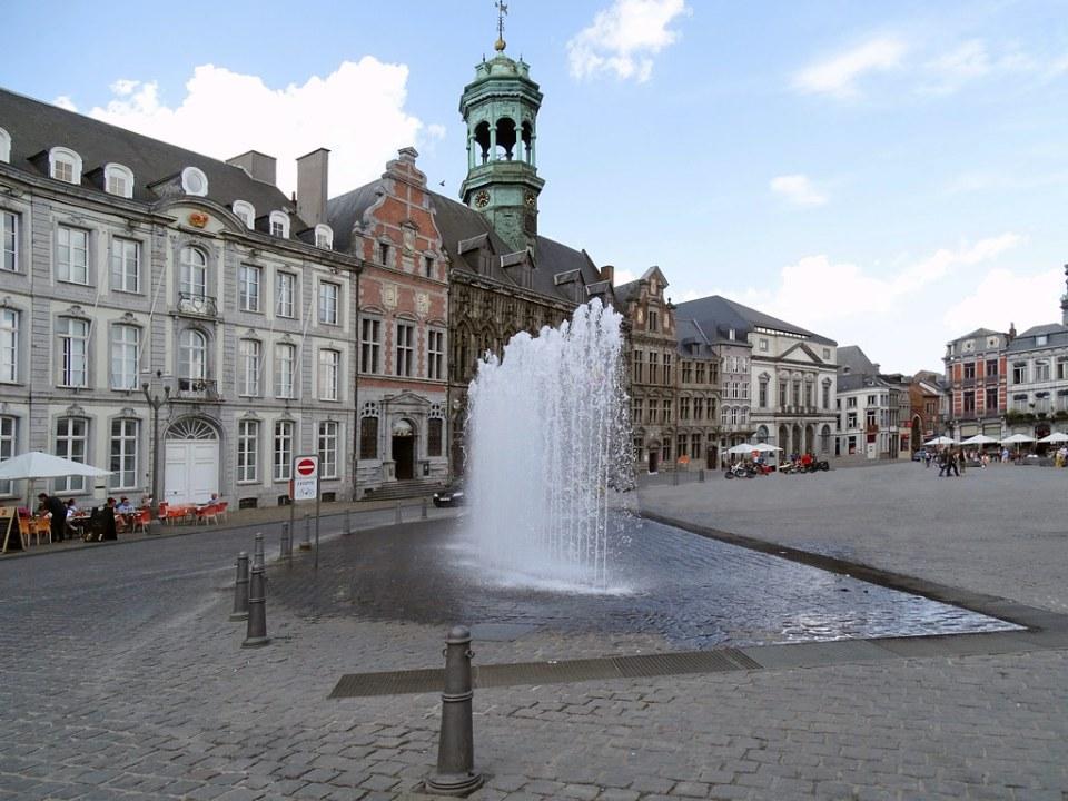 fuente Gran Plaza y Ayuntamiento de Mons Belgica 01