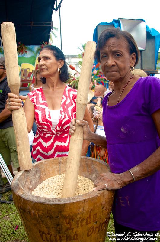 Pilando arroz