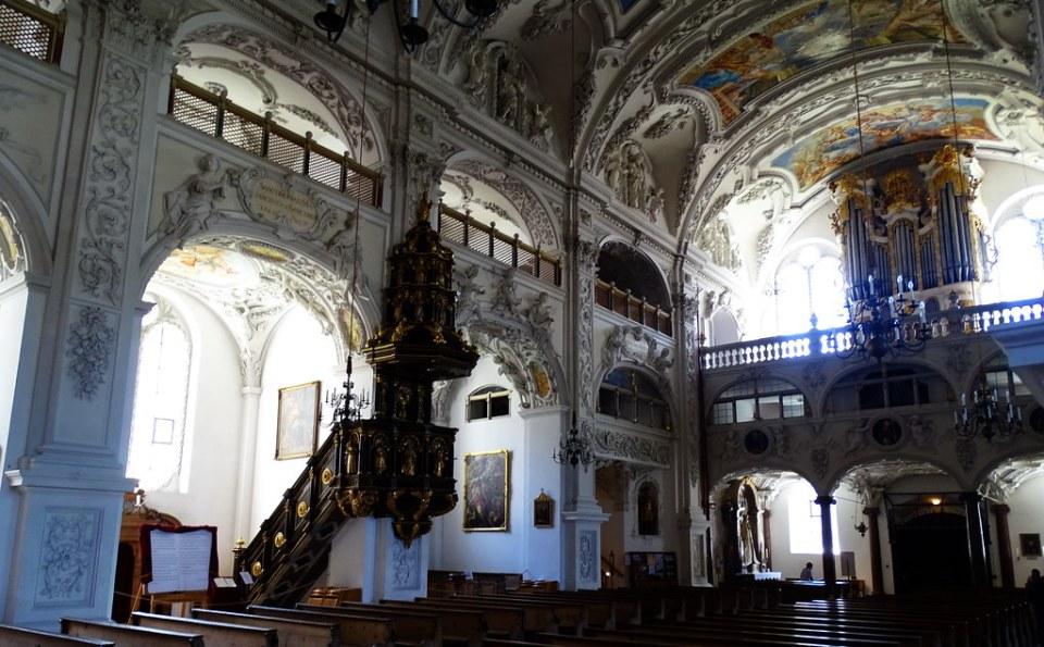 Pulpito y organo Interior de Iglesia Basilica del Monasterio Abadia Benediktbeuern Baviera Alemania 12