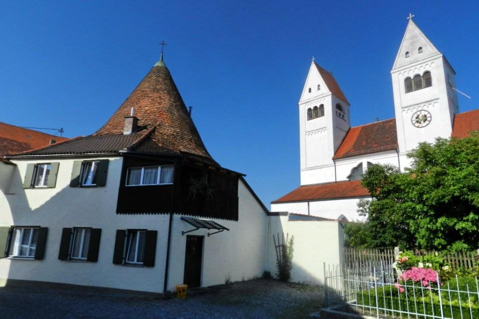casas y torres exterior Iglesia de San Juan Bautista de Steingaden Baviera Alemania 01