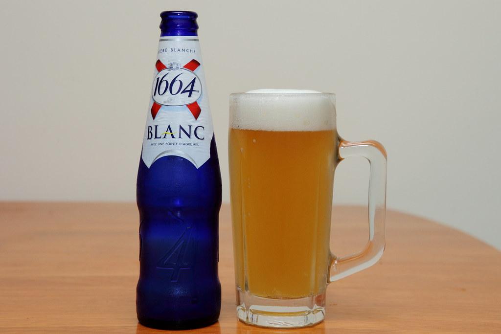 法國可倫堡1664白啤酒 Kronenbourg 1664 BLANC | 酒精濃度 5%,色澤真的比原味的略白一點,自1952年首度在英國推出後,口感稍微但點甜味。乍喝之下,一開瓶就能聞到非… | Flickr