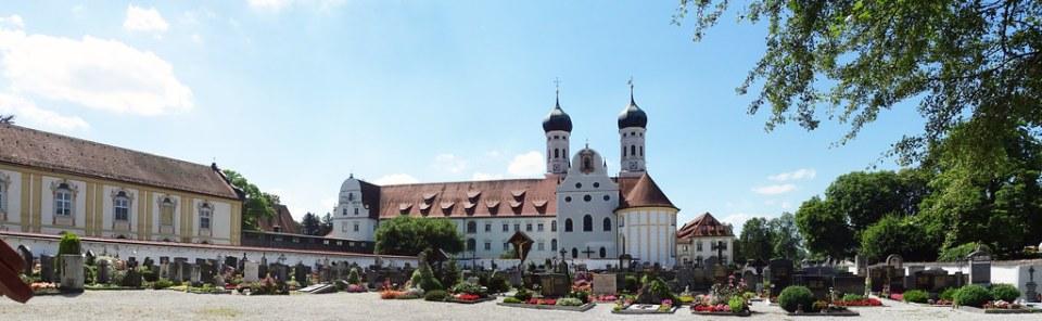 Cementerio y exterior del Monasterio Abadia Basilica de Benediktbeuern Baviera Alemania 02