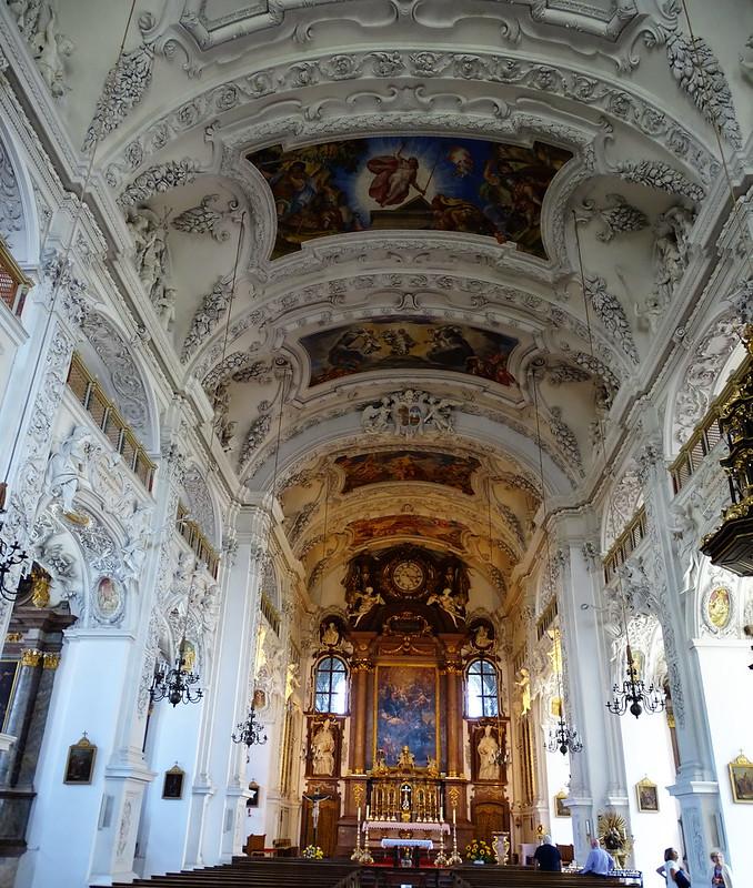 altar Mayor boveda y nave central Interior de Iglesia Basilica del Monasterio Abadia Benediktbeuern Baviera Alemania 03