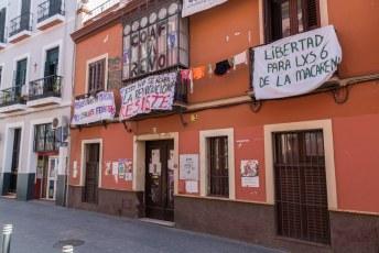 Op het meest linkse spandoek staat: Minder huizen voor toeristen, meer ruimten voor feministen.