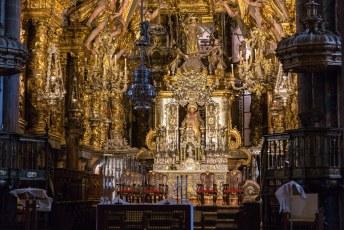 Gelukkig voor de pelgrims was de kerk wel gewoon open zodat ze die pop in het midden (Sint Jacob = San Tiago) kunnen omhelzen. Als je goed kijkt zie je twee handen van een pelgrim die hem van achteren neemt.