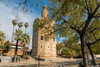 De Torre del Oro, of Gouden Toren in goed Nederlands. Hij dankt zijn naam aan het feit dat hij door de gebruikte bouwmaterialen een gouden gloed over de rivier liet vallen.